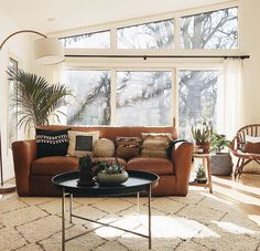 Lovely New Bohemian style living room interior design, with gorgeous windows! The post New Bohemian style living room interior design, with gorgeous windows!… appeared first on Enne's Deco . Living Room Windows, Living Room Sofa, Home Living Room, Interior Design Living Room, Living Room Decor, Interior Paint, Room Furniture Design, Bohemian Living Rooms, Living Room Lighting