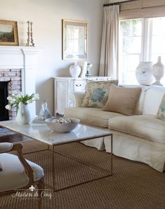 Fresh and simple spring decorating ideas! Spring decor in the living room ---> #maisondecinq springdecor frenchcountry frenchcountrystyle frenchfarmhousestyle springdecorating decoratingideas homedecor frenchfarmhouse countryfrench Living Room Decor, Living Rooms, Outdoor Living, Outdoor Decor, Living Room Inspiration, Spring, Home Goods, Home And Garden, Interior Design