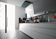 O sistema Isola, da Valcucine, deixa tudo à mão para o preparo da comida e oferece amplos espaços de guardar em gavetas e prateleiras com portas suspensas.