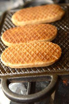 Dit heb je nodig voor de Vlaardingse IJzerkoekjes:  250 g zachte boter 125 g bruine basterdsuiker 125 g witte basterdsuiker 400 g Zeeuwse bloem of patentbloem, gezeefd een 1/2 ei, losgeklopt 1 tl / 2 g kaneel 2 g zout