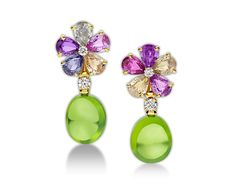 Pendientes Sapphire Flower - Descubra las colecciones de Bulgari y lea más acerca de la magnífica firma de joyería italiana en el sitio web oficial.