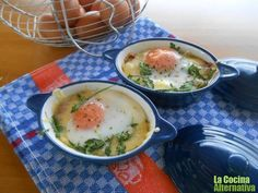 cazuelita de huevos con rúcula y verduritas