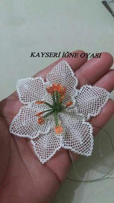 Irish lace Irish crochet flower motives, off white flower a Crochet Bows, Crochet Flower Patterns, Crochet Flowers, Burlap Flowers, Diy Flowers, Lace Doilies, Crochet Doilies, Garden Embroidery, Hawaiian Pattern