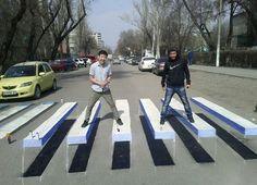 Ilusión óptica 3D de un paso de cebra que recuerda a la famosa carátula del Abbey Road de los Beatles. http://ceslava.com/blog/bbey-road-3d-beatles-3d-kirguistan/