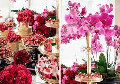 O chá de lingerie da Bruna foi inspirado no filme Moulin Rouge! A mesa espelhada ganhou uma decoração linda e exuberante em vermelho, pink e dourado.