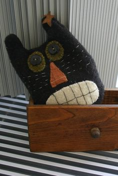 similar to Halloween Cat Pillow Autumn Primitive Wool Folk art on Etsy handwerkItems similar to Halloween Cat Pillow Autumn Primitive Wool Folk art on Etsy handwerk Halloween Quilts, Retro Halloween, Moldes Halloween, Halloween Sewing, Halloween Pillows, Halloween Cat, Halloween Items, Primitive Crafts, Primitive Snowmen