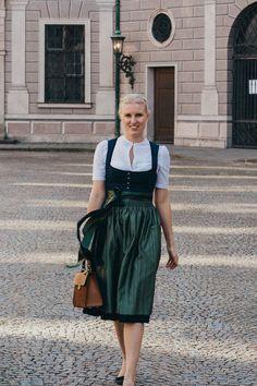 Auf Dirndlschleifchen teilen wir die schönsten Dirndl- und Trachtentrends. #Dirndl #Tracht German Fashion, Retro, Simple Style, Neue Trends, Lady In Red, Midi Skirt, Costumes, Costume Ideas, Style Inspiration