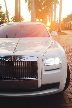 Rolls-Royce invites you to enter a world of luxury. Check Out The Most Luxurious Rolls Royce Wallpapers Gathered Here For You. Rolls Royce Blanco, White Rolls Royce, Rolls Royce Cars, Rolls Royce Phantom White, New Rolls Royce, Rolls Royce Wraith, Koenigsegg, Chevy Camaro, Corvette