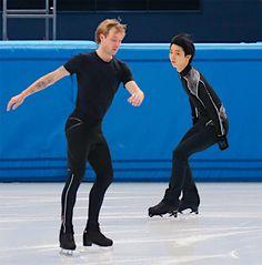 Evgeni Plushenko y Yuzuru Hanyu. Momento histórico en Sochi 2014, durante el calentamiento previo a la presentación del último grupo de patinadores, que por lo general son los mejores.
