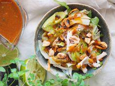 Sałatka tajska z dresingiem orzechowym z dodatkiem imbiru i miodu. Kurczak, warzywa i obłędny dressing, polecam na lekkie letnie danie!