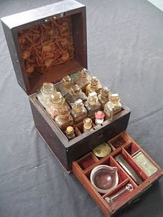 A very rare cedar apothecary box, housing original glass mortar… - - - Carter's Price Guide to Antiques and Collectables