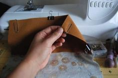 25 Sewing Hacks that Will Change Your Life: paperclips to keep pieces of leather held together. You cannot use pins because it will leave holes in the fabric and can damage it, so paperclips are the perfect solution. Foldover Clutch, Leather Clutch, Sewing Hacks, Sewing Crafts, Sewing Tips, Fat Quarter Projects, Fat Quarter Quilt, Techniques Couture, Pouch Tutorial