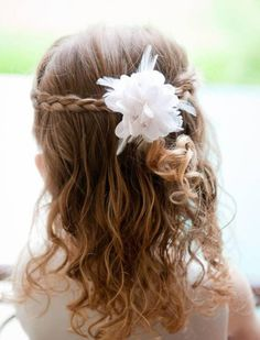 Communion hairstyles for DIY: festive children's hairstyles for girls - Home Little Girl Wedding Hairstyles, Simple Wedding Hairstyles, Flower Girl Hairstyles, Plaits Hairstyles, Trendy Hairstyles, Teenage Hairstyles, Creative Hairstyles, Beautiful Hairstyles, Black Hairstyles