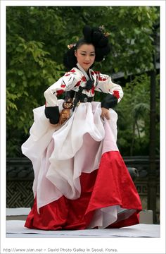 Gisaeng 한복 Hanbok / Traditional Korean dress  www.SELLaBIZ.gr ΠΩΛΗΣΕΙΣ ΕΠΙΧΕΙΡΗΣΕΩΝ ΔΩΡΕΑΝ ΑΓΓΕΛΙΕΣ ΠΩΛΗΣΗΣ ΕΠΙΧΕΙΡΗΣΗΣ BUSINESS FOR SALE FREE OF CHARGE PUBLICATION Korean Traditional Dress, Traditional Fashion, Traditional Dresses, Oriental Fashion, Asian Fashion, Korea Dress, Korean Hanbok, Beautiful Costumes, Folk Costume