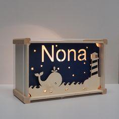 Walvis   lamp met naam €39,95 De vrolijke lampen van het Houtlokael zijn altijd een origineel cadeau; ter gelegenheid van een geboorte, een verjaardag of andere bijzondere gelegenheid. Kom kijken op onze website naar ons volledige assortiment. Lampe Laser, Licht Box, Wood Creations, Wood Ideas, Key Chain, Paper Cutting, Night Light, Toy Chest, Wood Projects