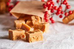 Ha karácsonyra valamilyen gasztroajándékon töritek a fejeteket, akkor a kekszek, krémek, sütik mellett ezt a karamellát is vegyétek fel a listára! Igaz egy órácskát kb. ott kell állni a tűzhely mellett, de elég csak néha átkeverni az alapot, hogy ne égjen le. Utána pedig már csomagolhatjátok is a házi karamellákat szép ajándékzacskókba. Edible Christmas Gifts, Christmas Gingerbread, Christmas Treats, Cookie Recipes, Dessert Recipes, Xmas Desserts, Food Gifts, Fudge, Holiday Recipes