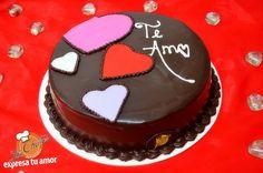 Pastel de chocolate con decoración de corazones