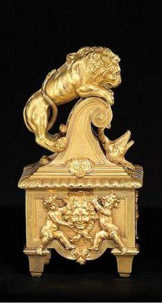 """PAIRE DE CHENETS """" AUX LIONS """" France, époque Régence, vers 1715-1720 Matériau Bronzes dorés H. 36 cm, L. 19 cm, P. 14 cm"""