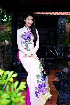 Á hậu Thể thao Thế giới 2014 khoe vóc dáng thon thả và vẻ đẹp nền nã thuần Việt khi diện trang phục truyền thống. -  Ngôi sao