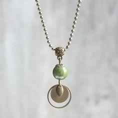 Collier bohème bronze et vert, perle en céramique vert-tendre - Collier minimaliste fait main - Idée cadeau bijou : Collier par joaty