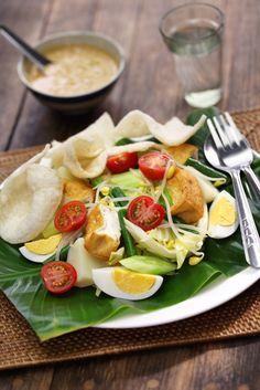 gado gado, indonesian salad with peanut sauce Asian Recipes, Healthy Recipes, Ethnic Recipes, Gado Gado, Broccoli Casserole, Peanut Sauce, Indonesian Food, Cooking Classes, Caprese Salad