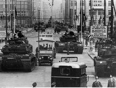 2) de verdeling van de wereld in twee ideologische blokken in de greep van een – wapenwedloop en de daaruit voortvloeiende dreiging van een atoomoorlog