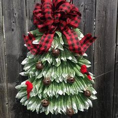 Christmas Tree Wreath Christmas Tree Decorations Ribbon, Christmas Tree Wreath, Burlap Christmas, Christmas Tree Themes, White Christmas, Christmas Crafts, Christmas Lodge, Wreaths For Front Door, Door Wreaths