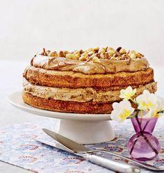 Denne lagkage med nougat- og mokkacreme er let at lave og smager himmelsk. Krispie Treats, Rice Krispies, Vanilla Cake, Mad, Muffin, Breakfast, Recipes, Fest, Layer Cakes