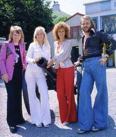 mode années 70 pantalon rouge et blanc et jeans homme