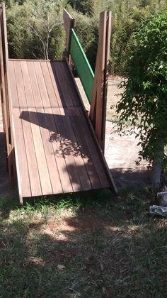 Parque infantil contendo escorregador.