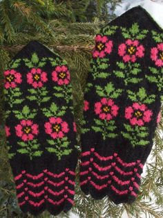 Finely Hand Knitted Seto (Estonian) Mittens in Siberian style with Flowers Fingerless Mittens, Knit Mittens, Knitting Socks, Mitten Gloves, Baby Knitting, Knitting Charts, Knitting Patterns, Crochet Patterns, Knitted Flowers
