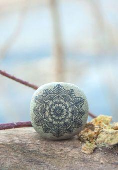 He encontrado este interesante anuncio de Etsy en https://www.etsy.com/es/listing/223816566/mandala-art-bohemian-mandala-unique-gift