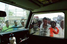 Indianos curiosos - Índia  Quando viajávamos por uma pequena rodovia, que nos levava a Humpi, fomos convidados por dois indianos para uma rodada de chá. E no instante que estacionamos o carro, fomos simplesmente rodeados por curiosos, que podiam passar horas olhando para nós, sem ao menos piscar. Mas essa não é uma particularidade apenas daquele local. Isso nos aconteceu ao longo de todo o país.