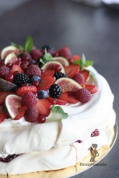 Tort bezowy - mus malinowy, delikatny krem z wanilią, owoce