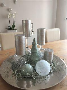 Zobrali obyčajný tanier, 4 sviečky a pár ozdob: 21 dôkazov, že z toho môžu byť tie najkrajšie dekorácie na adventný stôl! Noel Christmas, Outdoor Christmas, Rustic Christmas, All Things Christmas, Christmas Crafts, Christmas Ornaments, Silver Christmas, Christmas Ideas, Christmas Tablescapes