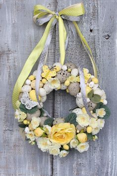 Door Hanging Decorations, Flower Decorations, Diy Crafts For Gifts, Crafts To Make And Sell, Easter Wreaths, Diy Wreath, Summer Wreath, Easter Crafts, Homemade Gifts