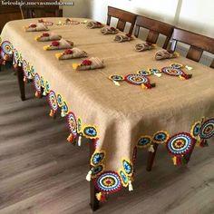 Inspire-se nessa bela toalha de juta usando trocando o crochet por módulos de Renda Tenerife de linha colorida Embroidery Stitches, Embroidery Patterns, Knitting Patterns, Crochet Patterns, Hand Embroidery, Crochet Home, Crochet Motif, Crochet Doilies, Crochet Pillow