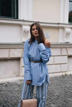 Nina Schwichtenberg trägt einen all over Streifen Look mit einer Marc Jacobs Trouble Bag und einem Dior Gürtel in beige. Mehr auf www.fashiioncarpet.com