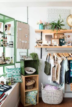 Small boutique interior design ideas best brick and mortar shop ideas images on home store design . Boutique Interior Design, Boutique Decor, Boutique Stores, Boutique Store Displays, Retro Boutique, Small Boutique Ideas, Design Garage, Design Café, Design Ideas