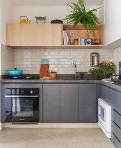 Como ficaram lindas as combinações de cores e texturas dessa cozinha: azulejo  cinza  madeira  plantinhas!  {projeto @spestudio | foto @marianaorsifotografia} . . #larmoblylar #cdacozinhas #blogcasadasamigas