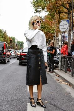 Long sweater crop with black mid-length cross stitch skirt and stroppy with pointed flats. - Total Street Style Looks And Fashion Outfit Ideas Cool Street Fashion, Street Chic, I Love Fashion, Timeless Fashion, Street Wear, Fashion Design, Style Fashion, Looks Street Style, Style Snaps