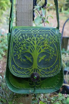 ornately hand carved messenger bag with Tree Of Life and Ivy Green Man pocket panels leather bag for women. Filles Alternatives, Sacs Tote Bags, Leather Projects, Green Man, Mode Vintage, Tree Of Life, Beautiful Bags, Leather Working, Leather Craft