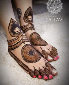 Check beautiful & easy mehndi designs 2020 ideas for mehandi ceremony. Save these latest bridal mehandi designs photos to try on your hands in this wedding season. Henna Hand Designs, Dulhan Mehndi Designs, Mehandi Designs, Mehndi Designs Feet, Beginner Henna Designs, Latest Bridal Mehndi Designs, Legs Mehndi Design, Modern Mehndi Designs, Mehndi Design Pictures