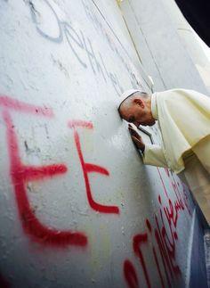 Le pape François en prière contre le mur de séparation Palestine - Israël