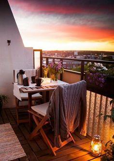 idee deco terrasse, lanterne à bougies, coucher de soleil, table en bois, aménager un petit balcon