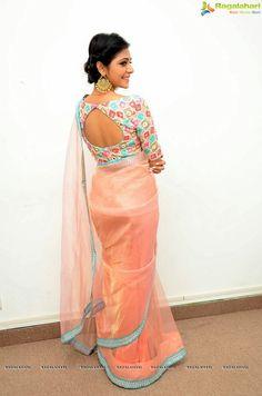 Your Favorite Girls: Indian Girls In Saree Saree Blouse Patterns, Designer Blouse Patterns, Saree Blouse Designs, Lehenga Blouse, Lehenga Choli, Simple Sarees, Blouse Models, Indian Beauty Saree, Indian Sarees