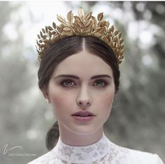 22 Ideas wedding hairstyles with tiara it works Bridal Crown, Bridal Tiara, Bridal Headpieces, Gold Leaf Crown, Wedding Veils, Wedding Crowns, Hair Wedding, Blue Wedding, Circlet