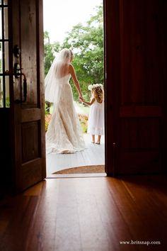 wedding photo shoot ideas - bride and flower girl