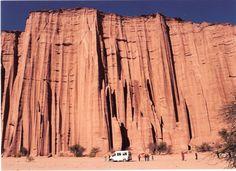 """El Parque Nacional Talampaya es una reserva natural y uno de los siete """"Patrimonios de la Humanidad"""" declarado por la Unesco en Argentina. Se encuentra ubicado en el centro-oeste de la provincia de La Rioja. Fue creado en 1975 como parque provincial con el objetivo de proteger importantes yacimientos arqueológicos y paleontológicos de la zona"""