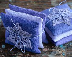 Diese einzigartige Lavendel Beutel sind aus Leinen mit einem gehäkelten Motiv genäht. Sachets enthalten hochwertige Lavendel aus Frankreich (ca. 40 g/1,5 oz) importiert. Es gibt keine künstliche Düfte hinzugefügt.  Es ist beruhigende Duft funktioniert auch als ein natürlicher Insektenschutz. Legen Sie es in Ihrem Schrank oder Dessous-Schublade, Gepäck, unter dem Kopfkissen neben Ihrem Bett, Bad Regal usw.. Es ist auch ein schönes Geschenk macht.  Jeder misst ca. 11 x 11 cm / 4,3 x 4,3 Zoll…